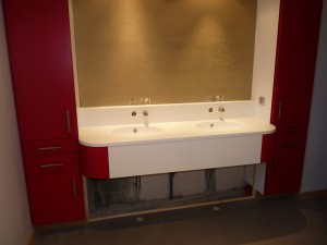 meuble-salle-de-bain-rouge-et-résine